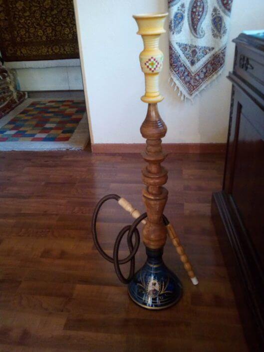 Narghilè in vetro e legno. Provenienza: Persia.